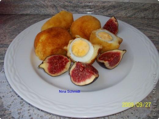 Сварить яйца, разрезать в длину, удалить желток.В желток добавить горчицу, грецкие орехи, соль, перец, выложить эту массу в белок соединить половинки и заколоть палочкой.Обвалять яйца в муке затем в белке немного взбитом и в панировочных сухарях с добавлением тёртого сыра. Обжарить во фритюре. фото 2