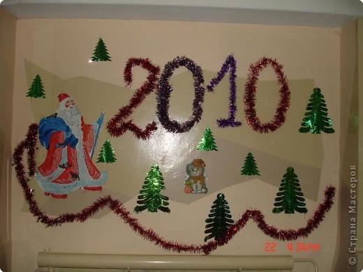 Скоро, скоро Новый год!  Он торопится, идет!  Постучится в двери к нам:  Дети, здравствуйте, я к вам!  Праздник мы встречаем,  Елку наряжаем,  Вешаем игрушки,  Шарики, хлопушки...  фото 5