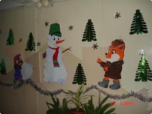 Скоро, скоро Новый год!  Он торопится, идет!  Постучится в двери к нам:  Дети, здравствуйте, я к вам!  Праздник мы встречаем,  Елку наряжаем,  Вешаем игрушки,  Шарики, хлопушки...  фото 9
