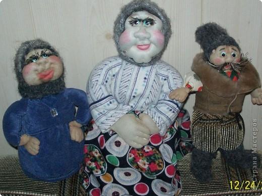 Деревенские посиделки.Вот такие куклы у меня получились .Все благодаря работам Ликмы.Спасибо ей огромное за мастер классы.Хотя до нее мне очень далеко.В качестве наполнителя  для туловища я использовала древесные мелкие опилки.С них тоже очень хорошо формировать фигуры. фото 1