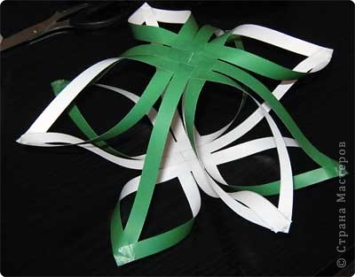 Нам понадобится лист зеленой бумаги. Хотя, если вы предпочитаете красную, или, скажем желтую елку, то возьмите лист бумаги соответствующего цвета. фото 11