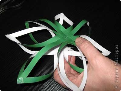 Нам понадобится лист зеленой бумаги. Хотя, если вы предпочитаете красную, или, скажем желтую елку, то возьмите лист бумаги соответствующего цвета. фото 12