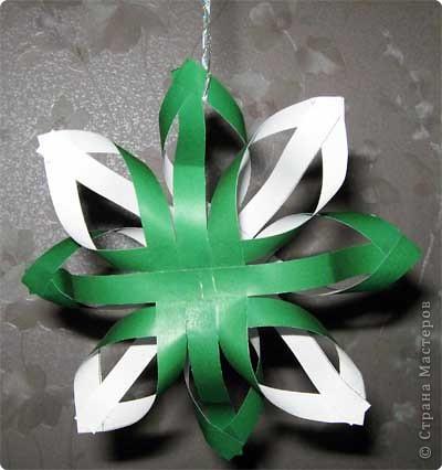 Нам понадобится лист зеленой бумаги. Хотя, если вы предпочитаете красную, или, скажем желтую елку, то возьмите лист бумаги соответствующего цвета. фото 13
