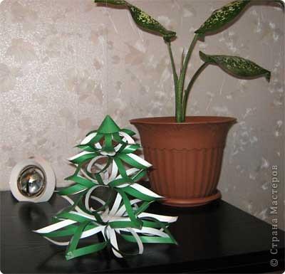 Нам понадобится лист зеленой бумаги. Хотя, если вы предпочитаете красную, или, скажем желтую елку, то возьмите лист бумаги соответствующего цвета. фото 14