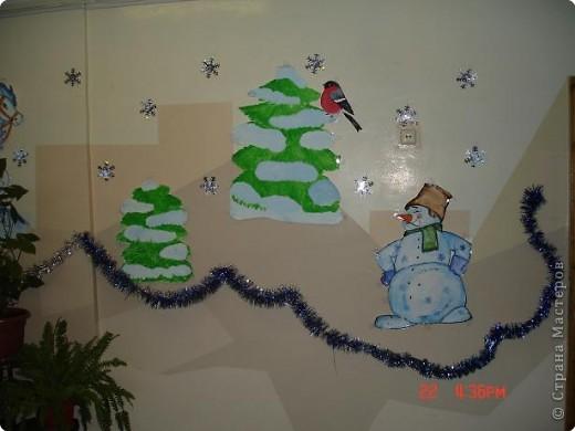 Скоро, скоро Новый год!  Он торопится, идет!  Постучится в двери к нам:  Дети, здравствуйте, я к вам!  Праздник мы встречаем,  Елку наряжаем,  Вешаем игрушки,  Шарики, хлопушки...  фото 16