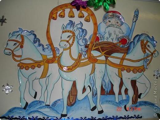 Скоро, скоро Новый год!  Он торопится, идет!  Постучится в двери к нам:  Дети, здравствуйте, я к вам!  Праздник мы встречаем,  Елку наряжаем,  Вешаем игрушки,  Шарики, хлопушки...  фото 18