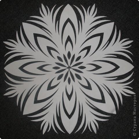 Такие снежинки можно использовать несколько лет. Я наклеиваю их на окна мылом и они легко снимаются и не рвутся )))) фото 10