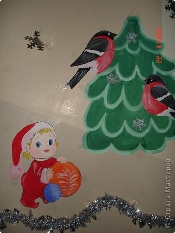 Скоро, скоро Новый год!  Он торопится, идет!  Постучится в двери к нам:  Дети, здравствуйте, я к вам!  Праздник мы встречаем,  Елку наряжаем,  Вешаем игрушки,  Шарики, хлопушки...  фото 22