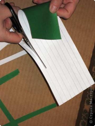 Нам понадобится лист зеленой бумаги. Хотя, если вы предпочитаете красную, или, скажем желтую елку, то возьмите лист бумаги соответствующего цвета. фото 3