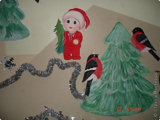Скоро, скоро Новый год!  Он торопится, идет!  Постучится в двери к нам:  Дети, здравствуйте, я к вам!  Праздник мы встречаем,  Елку наряжаем,  Вешаем игрушки,  Шарики, хлопушки...  фото 24
