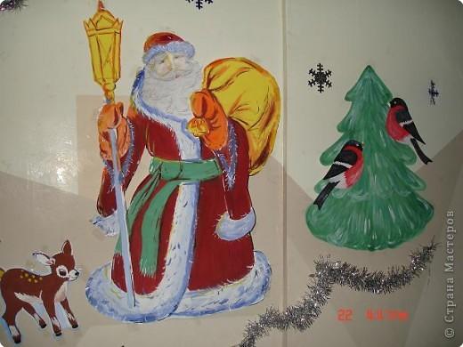 Скоро, скоро Новый год!  Он торопится, идет!  Постучится в двери к нам:  Дети, здравствуйте, я к вам!  Праздник мы встречаем,  Елку наряжаем,  Вешаем игрушки,  Шарики, хлопушки...  фото 27