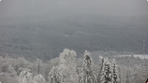 Виолетта Афуксениди  Туман прилег на горные вершины И сыпет серебристой мишурой. Поднялся он из призрачной долины, Где шевелился будто бы живой. фото 2