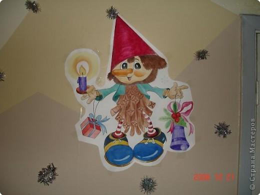 Скоро, скоро Новый год!  Он торопится, идет!  Постучится в двери к нам:  Дети, здравствуйте, я к вам!  Праздник мы встречаем,  Елку наряжаем,  Вешаем игрушки,  Шарики, хлопушки...  фото 30