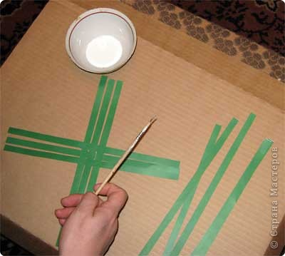 Нам понадобится лист зеленой бумаги. Хотя, если вы предпочитаете красную, или, скажем желтую елку, то возьмите лист бумаги соответствующего цвета. фото 4