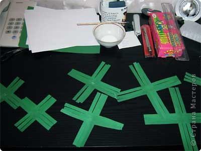 Нам понадобится лист зеленой бумаги. Хотя, если вы предпочитаете красную, или, скажем желтую елку, то возьмите лист бумаги соответствующего цвета. фото 5