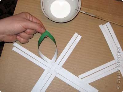 Нам понадобится лист зеленой бумаги. Хотя, если вы предпочитаете красную, или, скажем желтую елку, то возьмите лист бумаги соответствующего цвета. фото 6