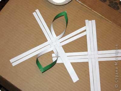 Нам понадобится лист зеленой бумаги. Хотя, если вы предпочитаете красную, или, скажем желтую елку, то возьмите лист бумаги соответствующего цвета. фото 7