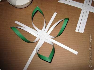 Нам понадобится лист зеленой бумаги. Хотя, если вы предпочитаете красную, или, скажем желтую елку, то возьмите лист бумаги соответствующего цвета. фото 8