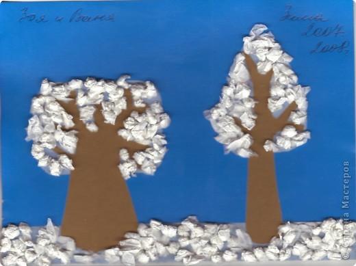 """Аппликация """"снег"""" выполнена скомканными и скатанными в """"шарики"""" кусочками белой бумаги. Крона деревьев и почва - двусторонний скотч"""
