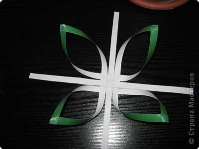 Нам понадобится лист зеленой бумаги. Хотя, если вы предпочитаете красную, или, скажем желтую елку, то возьмите лист бумаги соответствующего цвета. фото 10