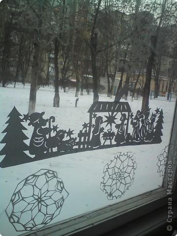 вот такую вытынанку я вырезала для украшения окна в классе младшего сына, длина всей работы около 90 см. Для работы использовала  ксероксную бумагу.