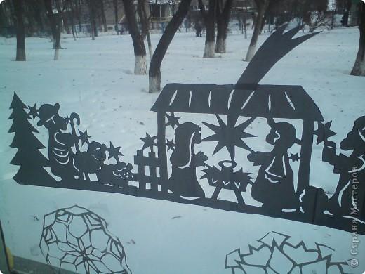 вот такую вытынанку я вырезала для украшения окна в классе младшего сына, длина всей работы около 90 см. Для работы использовала  ксероксную бумагу. фото 2
