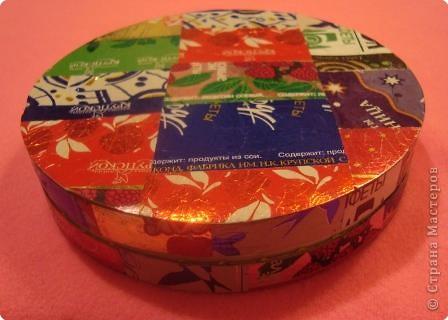 Материалы:коробочка из-под сыра,фантики,картон,ткань фото 1