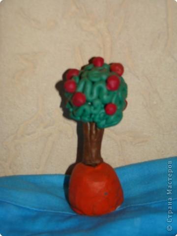 Яблоня с молодильными яблочками. Работа сына . Ему было 4 года. Педагог Володина Е.В. Сын подарил мне это дерево с пожеланиями никогда не умирать и быть всегда молодой.