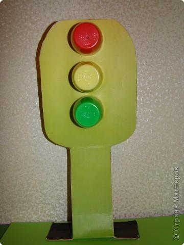 """Повторяя светофор , сделали свою игрушку. Основа-картон, """"глазки светофора""""-  стаканчики из- под маленькой """"Растишки"""". фото 1"""