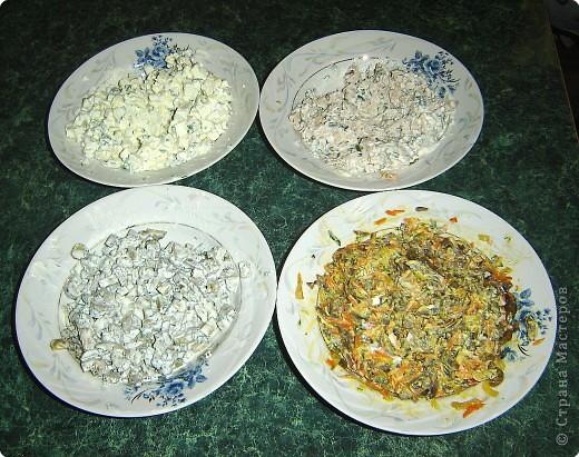 """Для приготовления салата """"тигренок"""" нам понадобится: * 3 куриных окорочка * 300 г. свежих шампиньонов * яйца - 7шт. * огурцы маринованные, (если корнишоны, то понадобится штук 15) * лук репчатый - 1 шт. * морковь - 2 шт. * зелень( укроп и петрушка) * майонез  фото 4"""