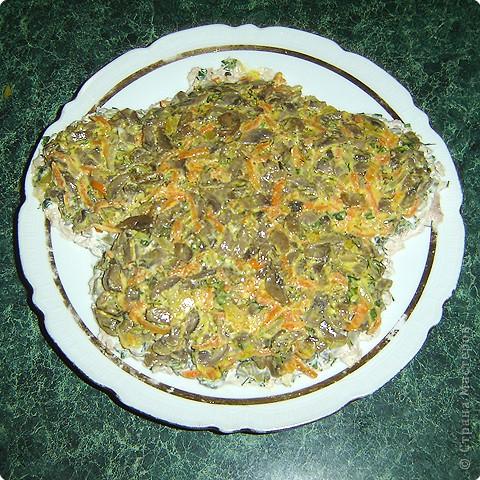 """Для приготовления салата """"тигренок"""" нам понадобится: * 3 куриных окорочка * 300 г. свежих шампиньонов * яйца - 7шт. * огурцы маринованные, (если корнишоны, то понадобится штук 15) * лук репчатый - 1 шт. * морковь - 2 шт. * зелень( укроп и петрушка) * майонез  фото 7"""
