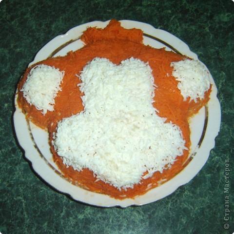 """Для приготовления салата """"тигренок"""" нам понадобится: * 3 куриных окорочка * 300 г. свежих шампиньонов * яйца - 7шт. * огурцы маринованные, (если корнишоны, то понадобится штук 15) * лук репчатый - 1 шт. * морковь - 2 шт. * зелень( укроп и петрушка) * майонез  фото 10"""