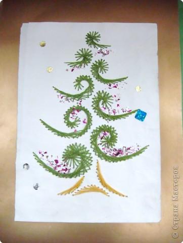 Это наши ёлочки на стенде украшают класс к празднику фото 4
