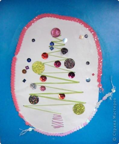 Это наши ёлочки на стенде украшают класс к празднику фото 6