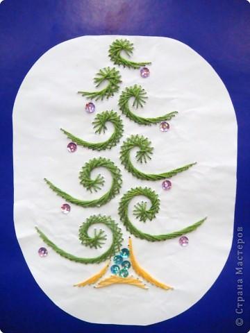 Это наши ёлочки на стенде украшают класс к празднику фото 12
