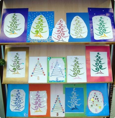 Это наши ёлочки на стенде украшают класс к празднику фото 1
