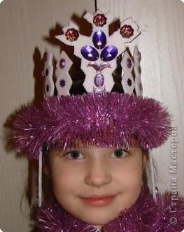 Вот такую корону соорудила дочке на новогодний утренник. Понадобилось всего лишь 1 потолочная плитка, немного мишуры и стразы. фото 1