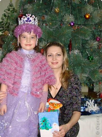 Вот такую корону соорудила дочке на новогодний утренник. Понадобилось всего лишь 1 потолочная плитка, немного мишуры и стразы. фото 3