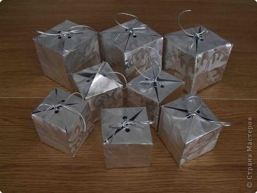 Очень простые коробочки. Для своих коробочек я выбрала подарочную бумагу (на ней не выделяются складки, полученные при сложении) фото 1