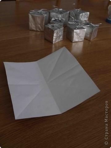 Очень простые коробочки. Для своих коробочек я выбрала подарочную бумагу (на ней не выделяются складки, полученные при сложении) фото 2