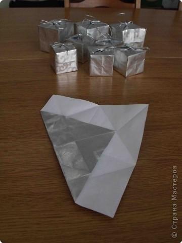 Очень простые коробочки. Для своих коробочек я выбрала подарочную бумагу (на ней не выделяются складки, полученные при сложении) фото 4