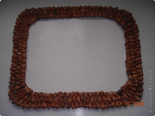 Моя первая работа  по плетению  рамочки из газеты фото 1