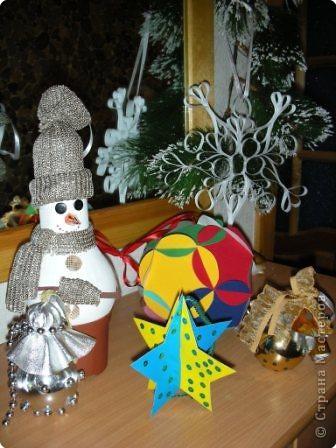 Разбирала свои старые фотоархивы и захотелось мне поделиться, может кому-нибудь, что-нибудь пригодиться :-)) По случаю Нового года с него и начну. 1. Это игрушки для елки на конкурс, делал мой сын в 7 лет. Получил приз зрительских симпатий. Снеговик из лампочки, два шара- украшенные лампочки, остальное из бумаги. фото 1