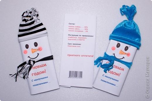Вот так я оформила обычные шоколадки для подарка на Новый год детям. Идея принадлежит прекрасной девушке Karambol, которая живет в Америке. Моих снеговиков пришлось русифицировать :)