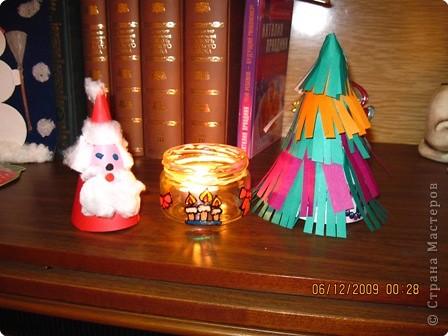 свечку поместили в обычную банку.украшенную витражными красками