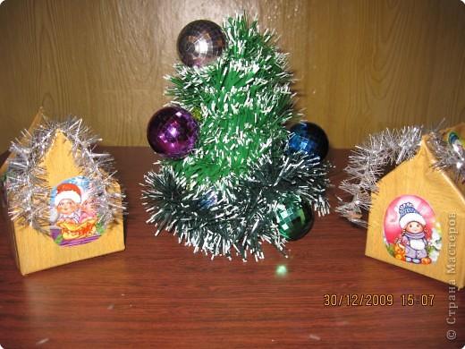 домики(пакеты из под сливок,обклеенные бумагой и новогодними наклеечками), 1лки  (картонный конус,мишура,ёлочные игрушки) фото 1