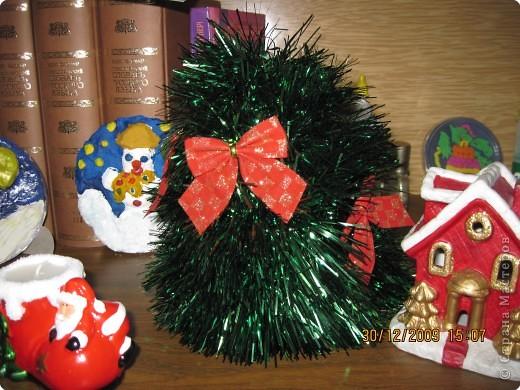 домики(пакеты из под сливок,обклеенные бумагой и новогодними наклеечками), 1лки  (картонный конус,мишура,ёлочные игрушки) фото 2