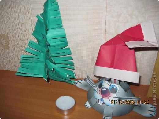 ёлочку подсмотрела где-то здесь на сайте, зайчик сделан вместе с Викой по книжке Волшебные поделки http://stranamasterov.ru/node/31898?u= Колпачок Санты - оригами с сайта детисети.  фото 1