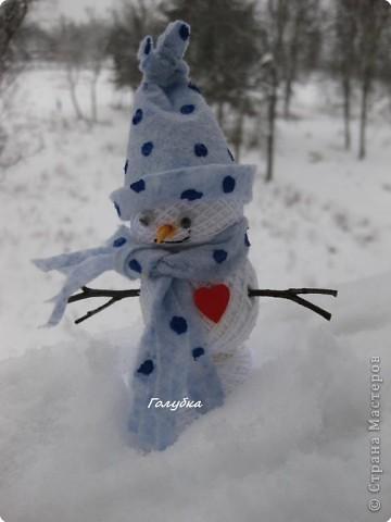 Хочу погордится сыном, оставались моточки запачканные клеем, а Женя сложил их друг на друга и говорит:- снеговик!!! Шапочка и шарфик тряпочка хозяйственная, палочки, нос-кусочек зубочистки, глазки фото 1