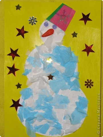Снеговик. Рвали салфетки, клеили их на картон, нос из пластилина, самое любимое занятие сына украшать блестками... их у нас везде много фото 1